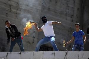 """إلقاء زجاجات حارقة من قبل مجهولين على منزل مواطن في """"بيت لحم"""""""