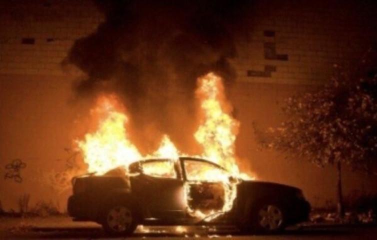 مجهولون يحرقون سيارة مواطن في طولكرم