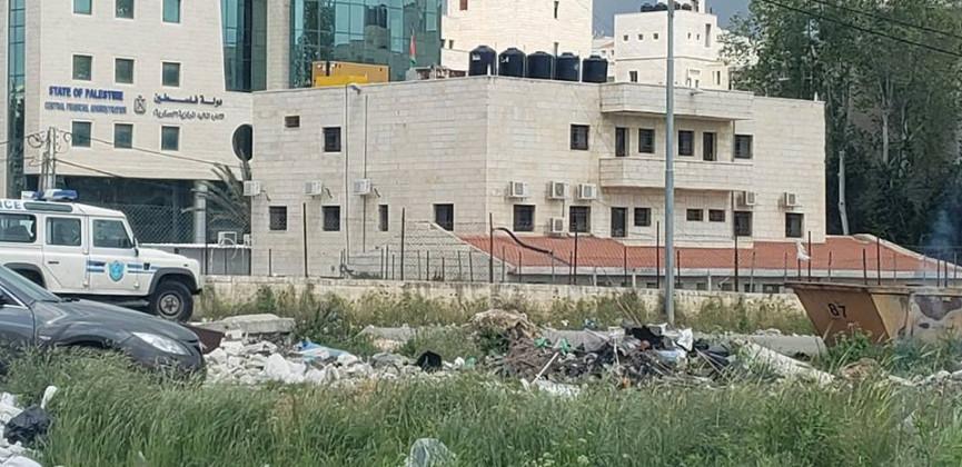 منظر مقزز .. من أمام مديرية شرطة رام الله والبيرة !!