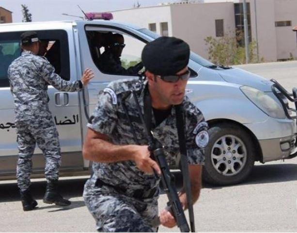 مواطنون يضربون أفراد من الضابطة الجمركية اثناء احتجاز الضابطة لمركبتهم التي كانت محملة بالبضائع