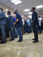 في مجمع المحاكم في البيره/البالوع، عشرات المراجعين ينتظرون لفترة طويلة لدفع المخالفات.