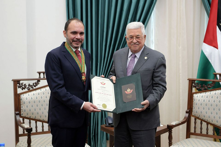 عباس يقلّد الأمير علي بن الحسين النجمة الكبرى من وسام القدس