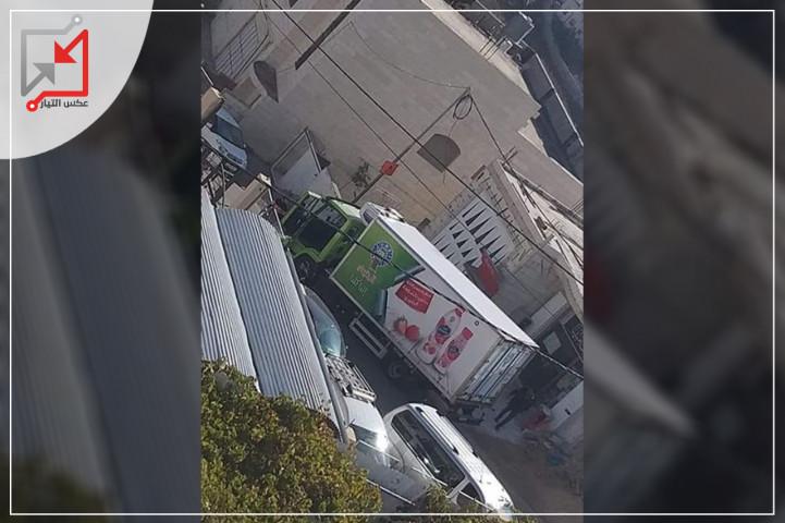 شبان يعتدون على شاحنة تابعة لمصنع الجنيدي
