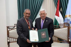 """محمود عباس، يقلد سفير جنوب إفريقيا أشرف يوسف سليمان """"نجمة القدس"""""""