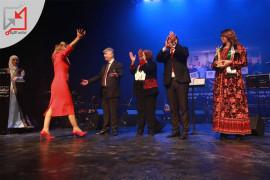 حفل برعاية محمود عباس، وهنا يظهر أحمد مجدلاني يستقبل حضن امرأة إرلندية