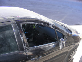 تحطيم زجاج الباب الأمامي لمركبة المواطن/فرحان ناصر الدين