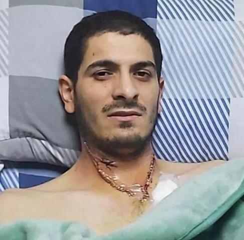 صورة الأسير المحرر عمر ريان حافظ لكتاب الله، هذا حاله بعد خروجه من غرفة العمليات