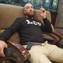 قام العسكري في جهاز المخابرات العامة/ محمود خالد محمود أبو كشك بالعربدة على مواطنين