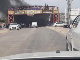 شبان غاضبون يغلقون الشارع الرئيسي امام مخيم الجلزون