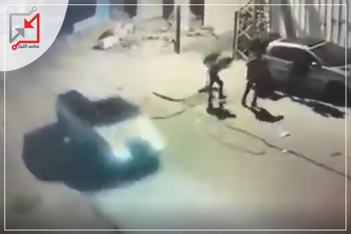 فيديو لحظة إطلاق النار من مجهولين يستقلون مركبة على شبان في منطقة الصاحب بالخليل.