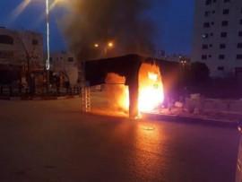 حرق حاجز للأمن الوقائي على دوار الرحمة في مدينة الخليل ليلة أمس