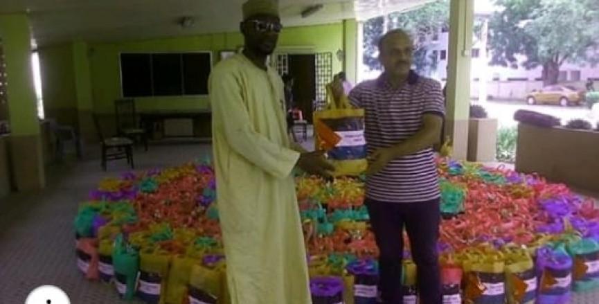 بينما تطلب السلطة من المواطنين التبرع لها لمواجهةكورونا، تقوم بتوزيع طرود غذائية وطبية في سفارة فلسطين في غانا.