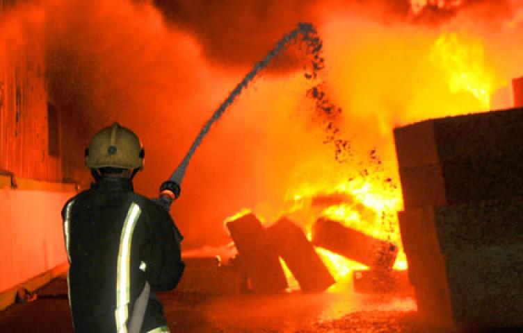 مجهولون قاموا باشعال حريق في فناء منزل المواطن/ اسماعيل ابراهيم مر