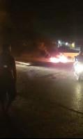 شبان يشعلون إطارات مطاطية في محيط مخيم عقبة جبر بمدينة أريحا احتجاجًا على ضعف التيار الكهربائي