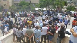 احتجاج المواطنين أمام بلدية بيرزيت أمس السبت رفضاً لترخيص مصنع للأسفلت