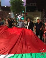 بلدية الخليل تُدشن سارية عملاقة يبلغ طولها 40 مترا  في ظل حالة الطوارئ