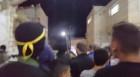 مسلحون يطلقون النار بالهواء عند باب المسجد القديم وتجمهر المواطنين حولهم.
