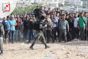 صور مؤلمة : جنود الاحتلال يقمعون العمال الفلسطينين الذين تجمعوا امام الأدارة المدنية للحصول على تصاريح للعمل .