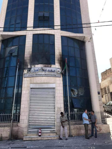 احراق مبنى بلدية العيزرية على اثر مقتل الشاب علاء العموري