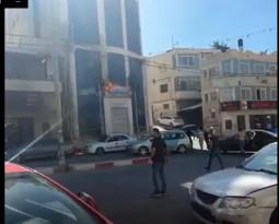 المواطنون الغاضبون على مقتل الشاب/ علاء العموري على يد الأجهزة الامنية يحرقون مبني بلدية العيزرية