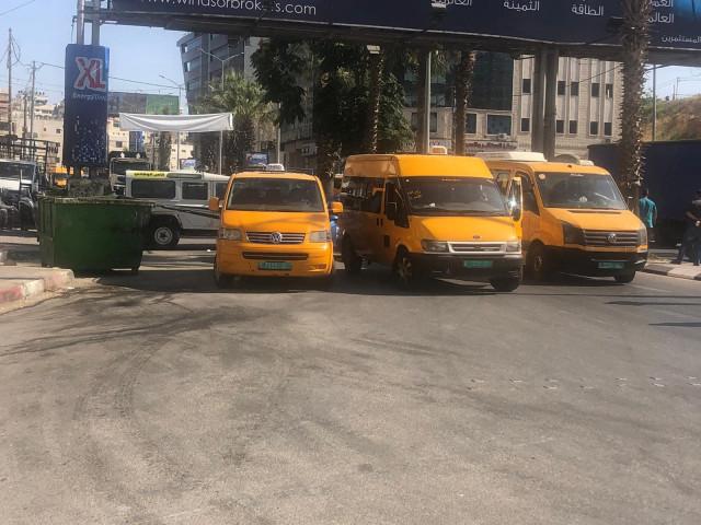 سائقي المركبات العمومية على خط رام الله القدس يغلقون الشارع الرئيسي إحتجاجاً على منعهم من دخول رام الله والبيرة.