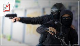 مسلحون يستقون دراجة نارية يطلقون النار على مواطن أثناء قيادته مركبته