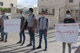 طلاب الثانوية العامة  في بيت لحم يعلقون الدوام احتجاجاً