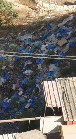 تجمع الكبير للقمامة تخرج من السوق في نابلس دون تحرك من البلدية