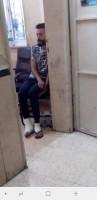 ضابط في الاجهزة الامنية يقوم بتكسير أقدام احد المواطنين داخل المعتقل