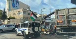 بلدية الخليل والشرطة الفلسطينة تزيل بسطة خضار موجودة على دوار الجلدة في الخليل