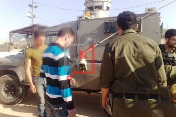 الأجهزة الأمنية تسلم مستوطنين اثنين للاحتلال