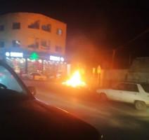 شبان يشعلون الإطارات المطاطية على مدخل مخيم جنين الليلة الماضية