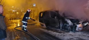 اشتعال النيران بسيارة في منطقة الحاوز الثاني بجانب مدرسة غرناطة في الخليل