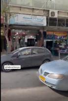 جيب من الأمن الوطني يؤمن سيارة مستوطنين أثناء تجولها داخل محافظة الخليل