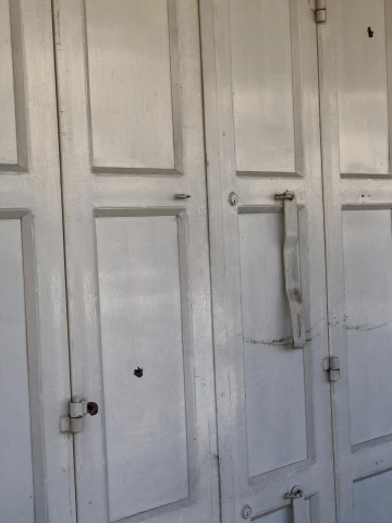 مسلحون مجهولون يطلقون  النار على معرض عصام أبو اسنينه في الخليل
