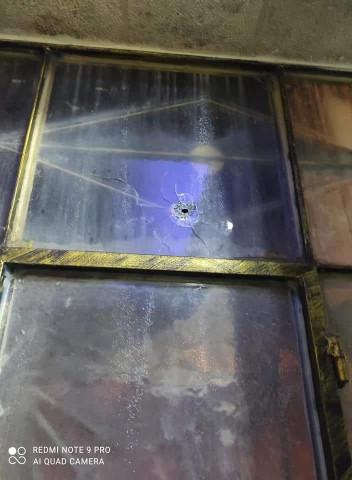 هذه النافذة أخترقتها رصاصة من سلاح الفلتان الأمني بينما كان اهل المنزل نيام