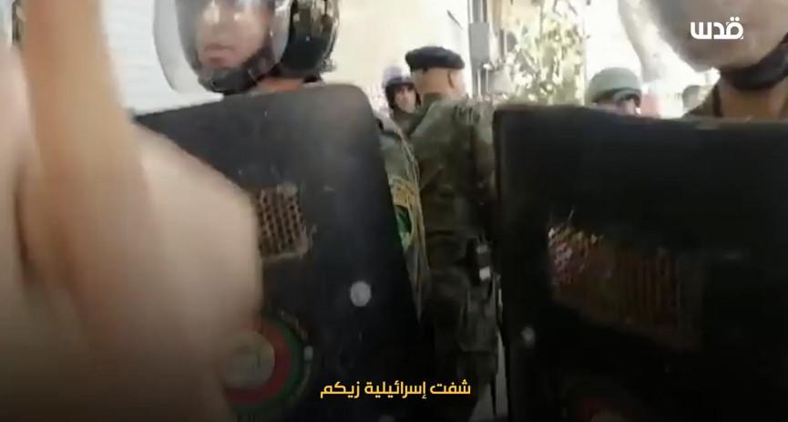 """شابة فلسطينية تصرخ في أفراد الأمن : """"يا عيب الشوم عليكم قتلتم بني آدم""""."""