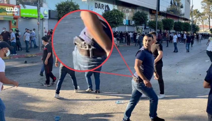 أحد البلطجية الذين اعتدوا على المتظاهرين أمس في رام الله، يحمل مسدساً على خصره وبلباس مدني