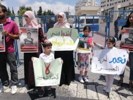 عائلة علاء الريماوي تحمل رئيس الوزراء محمد اشتية المسؤولية الكاملة عن حياته