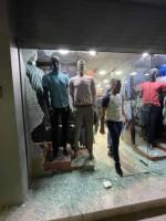 مجهولون يطلقون النار على  محال تجارية  لبيع الالبسة الثالثة من فجر اليوم بمدينة الخليل