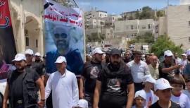 المسيرة التي انطلقت من مسجد الحسين قبل قليل بعد صلاة الجمعة في الخليل للمطالبة بمحاسبة قتلة الناشط نزار بنات