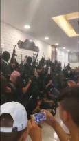 عدد كبير من المسلحين في ديوان آل الجعبري بعد تشييع جثمان باسل الجعبري