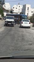 حافلة مستوطنين في الخليل والسلطة تحميها
