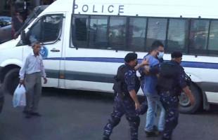 الاجهزة الامنية تعتقل احد الشبان المشاركين في وقفة للمطالبة بتحقيق العدالة في قضية #نزار_بنات