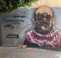مجهولون يقومون بتخريب جدارية للناشط نزار بنات بمدينة الخليل